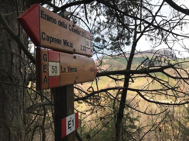 Durante il nostro weekend in trekking tra l'eremo della Casella e la Verna incontriamo questa segnaletica