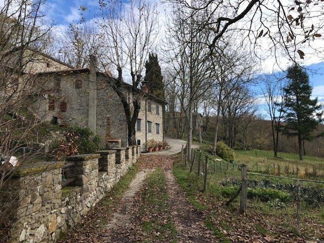 Nel weekend in trekking dall'eremo della Casella alla Verna passiamo dal minuscolo agglomerato di case chiamato la Rocca