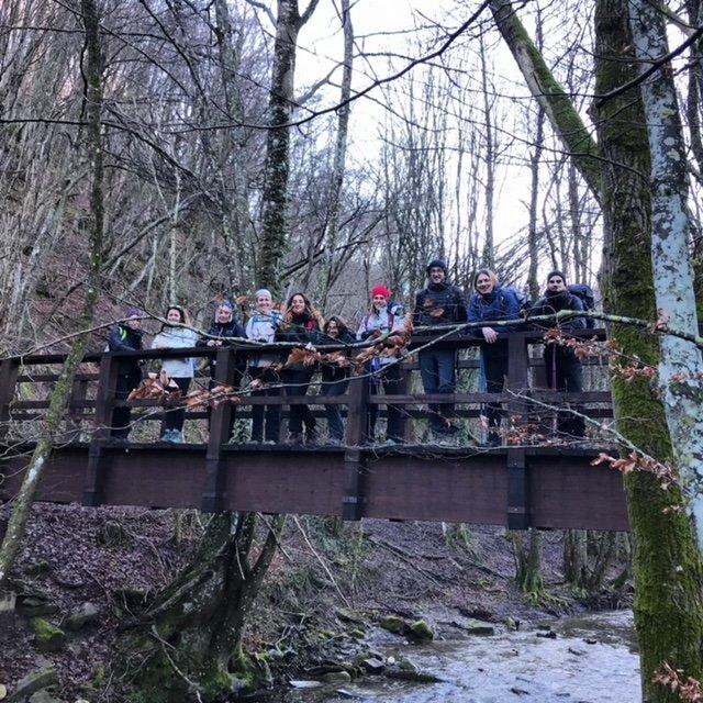 Il gruppo in posa su un ponticello nella valle dell'acqua cheta