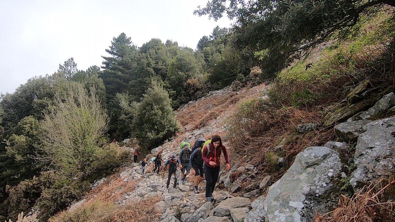 Il gruppo del trekking all'Isola d'Elba durante un passaggio sotto il monte Capanne