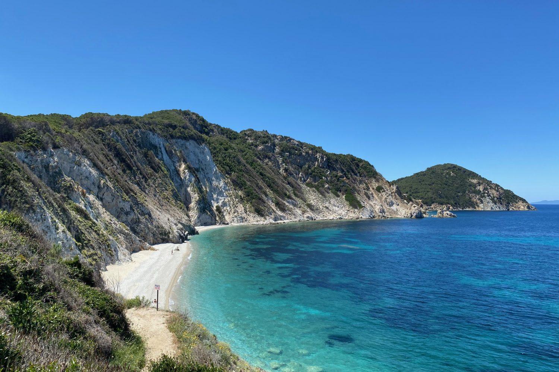 Una delle bellissime spiagge che vediamo dall'alto durante il Trekking all'Isola d'Elba