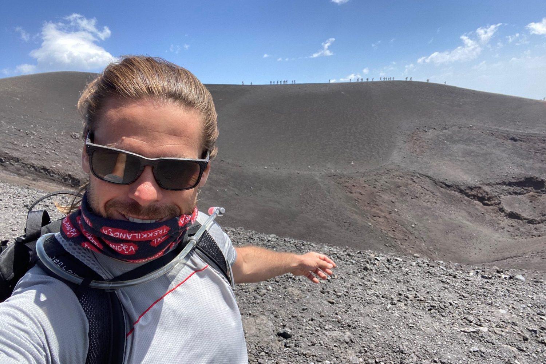 Giuseppe verso la cima dell'Etna nel viaggio Sicilia On The Road
