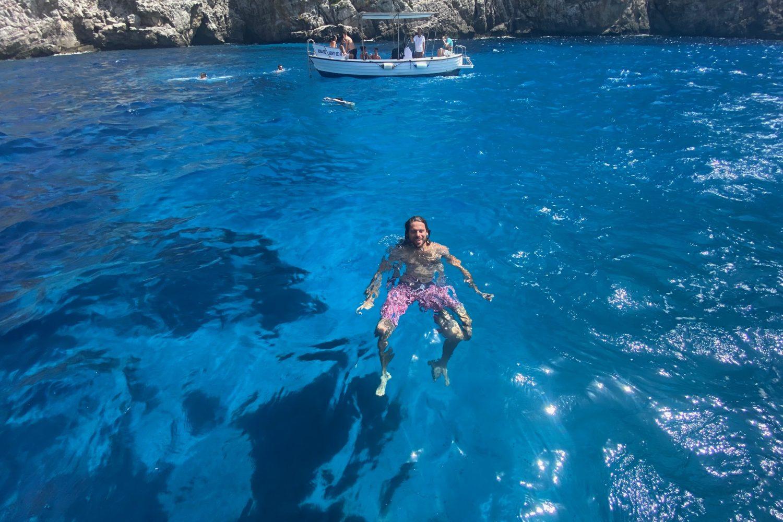 La guida Giuseppe nel mare di Marettimo nel viaggio Sicilia On The Road