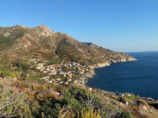 La visuale dall'alto del villaggio di Chiessi nel trekking all'isola d'Elba targato Maldavventura