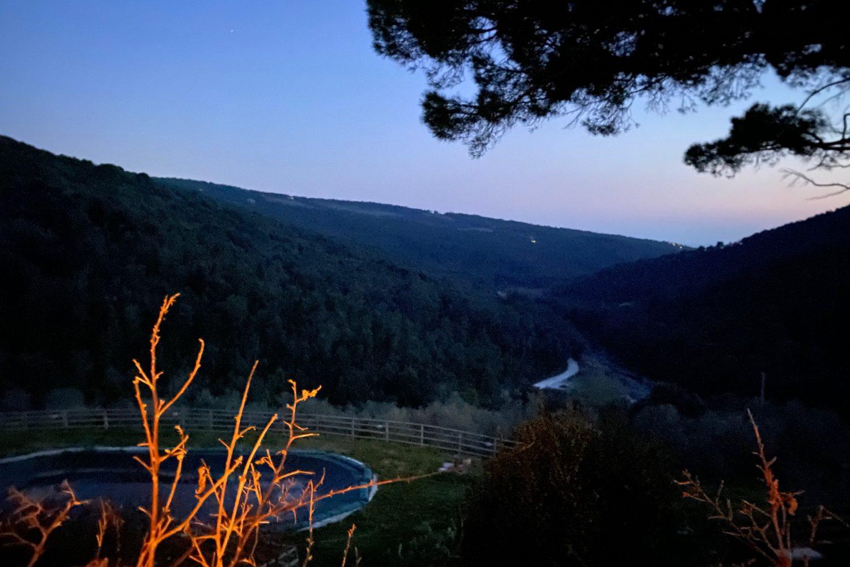La vista in notturna dall'agriturismo la Mignola durante il weekend in trekking alla scoperta delle Colline livornesi